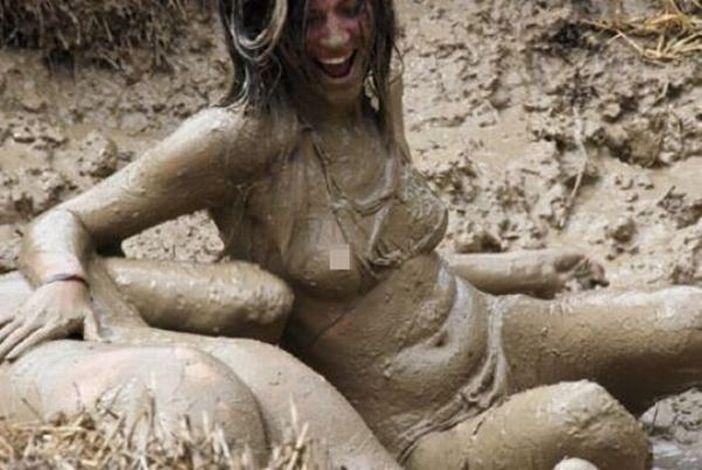 Бой голых теток в грязи Вами